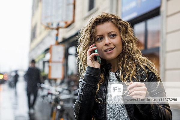 Frau in der Straße telefoniert auf dem Handy