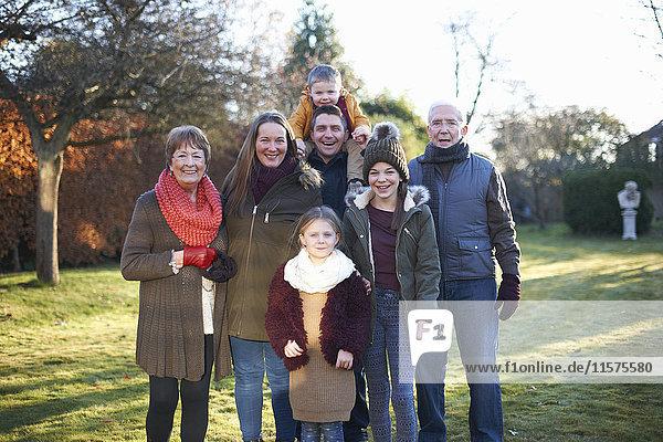 Glückliche Familie im Garten