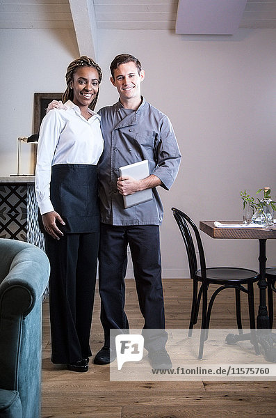 Porträt von männlichem und weiblichem Bedienpersonal im Restaurant