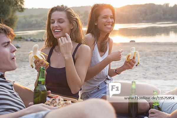 Gruppe von Freunden trinkt  genießt Strandparty