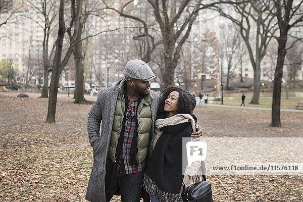 Romantisches Paar beim Spaziergang im Park  New York  USA