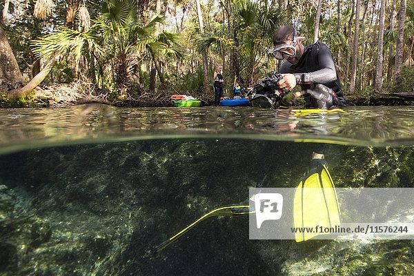 Mann bereitet Unterwasserkamera vor