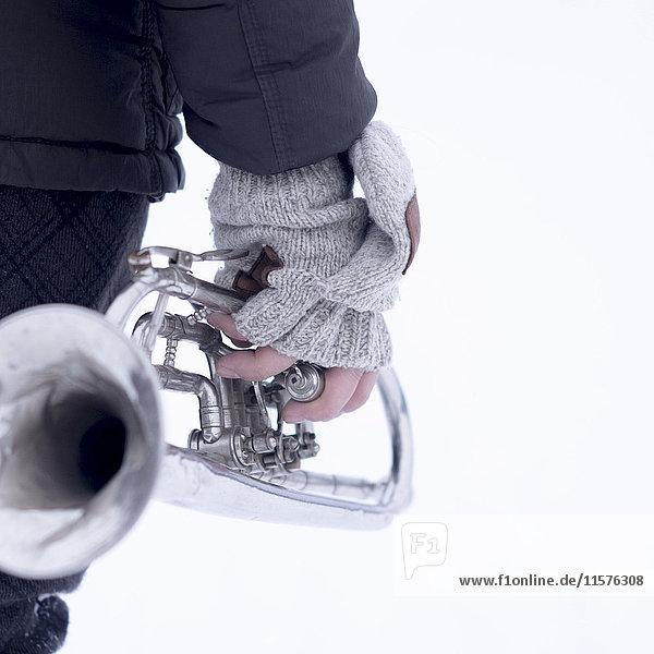 Schrägansicht eines Mannes  der eine Trompete hält
