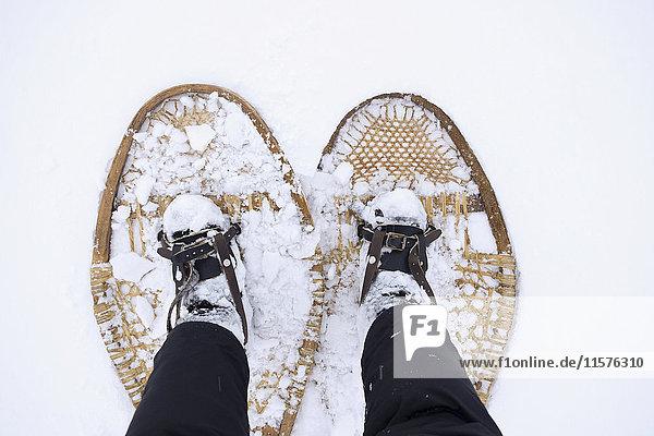 Füße eines Mannes mit Schneeschuhen