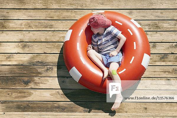 Junge schläft in Gummiring auf Deck  Kraalbaai  Südafrika