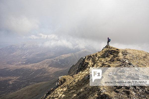 Frau auf dem Gipfel des Marsco  Glen Sligachan  Isle of Skye  Schottland