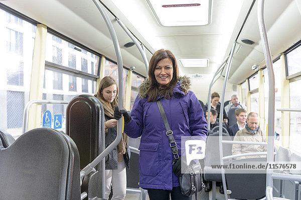 Fahrgast im elektrischen Bus