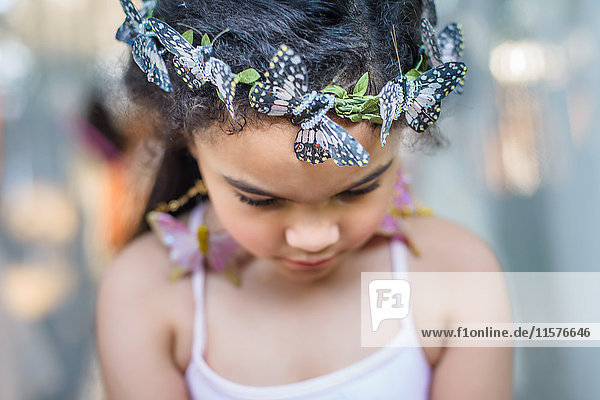 Porträt eines jungen Mädchens mit Schmetterlingen im Haar