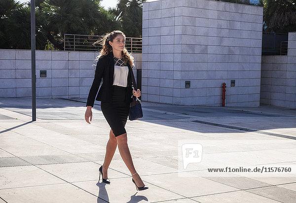 Junge Geschäftsfrau beim Spaziergang im Freien