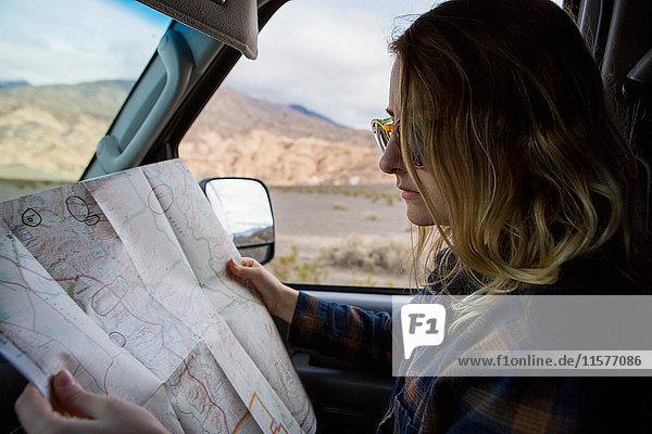 Frau liest Karte im Auto  Death Valley National Park  Kalifornien  USA