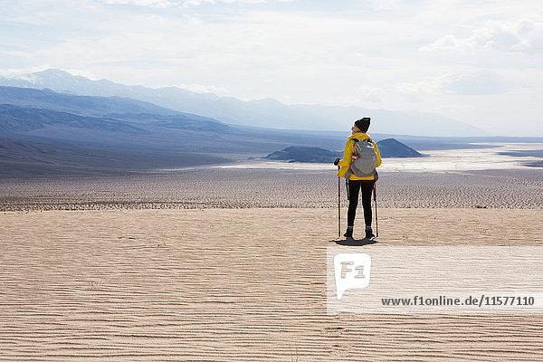 Trekker nimmt Sehenswürdigkeiten in Augenschein  Death Valley National Park  Kalifornien  USA