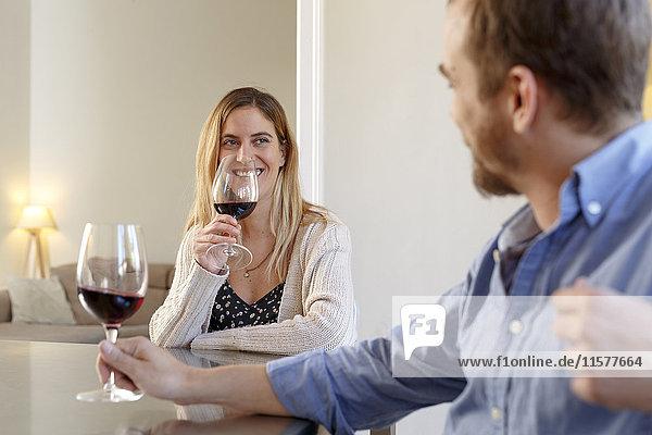 Mittleres erwachsenes Paar zu Hause  entspannen sich  trinken ein Glas Wein