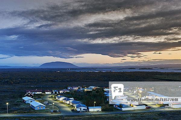 Blick auf das Dorf Reykjahlio in der Abenddämmerung  Island
