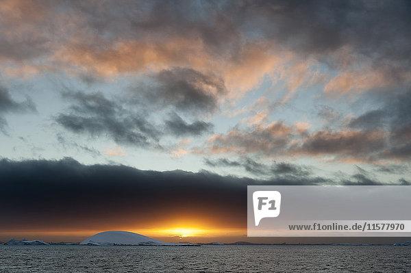 Sonnenuntergang über Eisbergen im Kanal von Lemaire  Antarktis