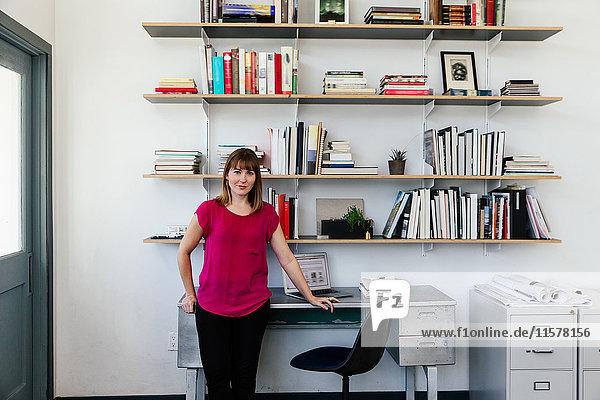 Porträt einer Frau im Büro  die lächelnd in die Kamera schaut