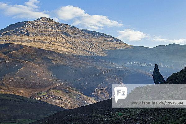 Äthiopien  Mann schaut bei Tagesanbruch auf die Simien-Berge