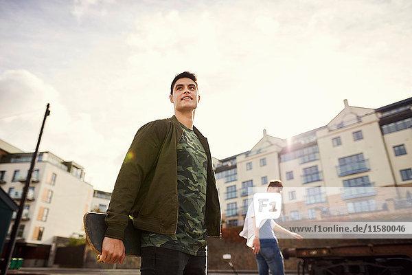 Zwei junge Männer skateboarden im Stadtgebiet  Bristol  UK