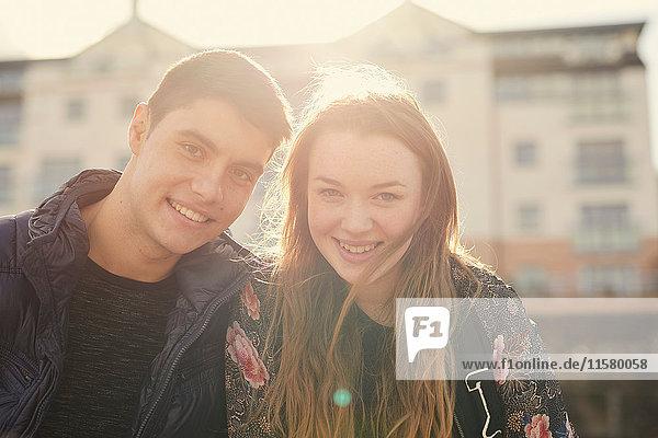Porträt von zwei Freunden  im Freien  lächelnd  Bristol  UK