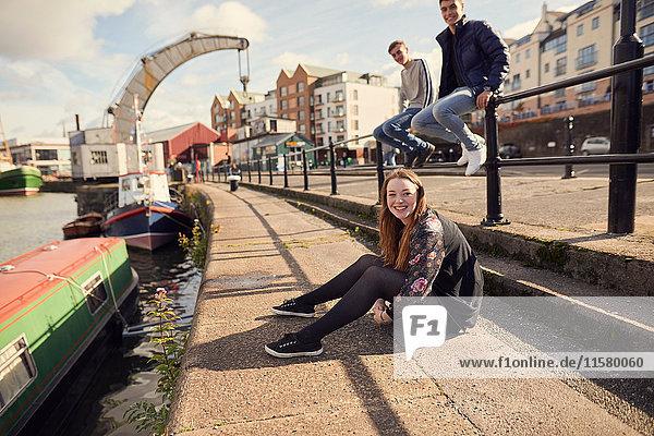 Porträt von drei Freunden am Fluss sitzend  Bristol  UK