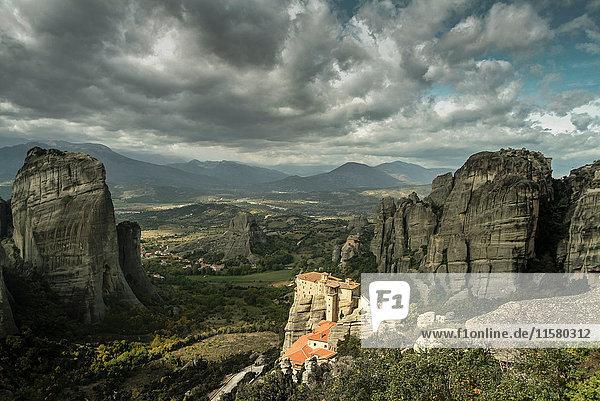 Erhöhte Landschaftsansicht des Klosters Roussanou auf einer Felsformation  Meteora  Thassalien  Griechenland
