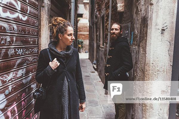Ehepaar mit Kamera in einer Gasse  Venedig  Italien