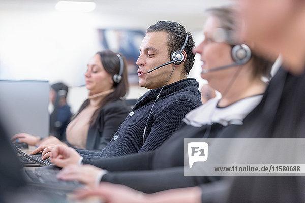 Operatoren im Automobil-Callcenter in einer Autofabrik