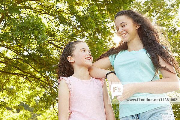 Mädchen und große Schwester sehen sich im Park an