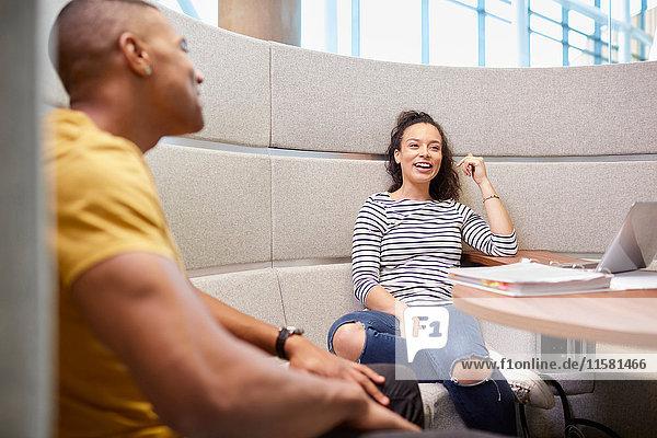Universitätsstudenten entspannen in moderner Sitzecke