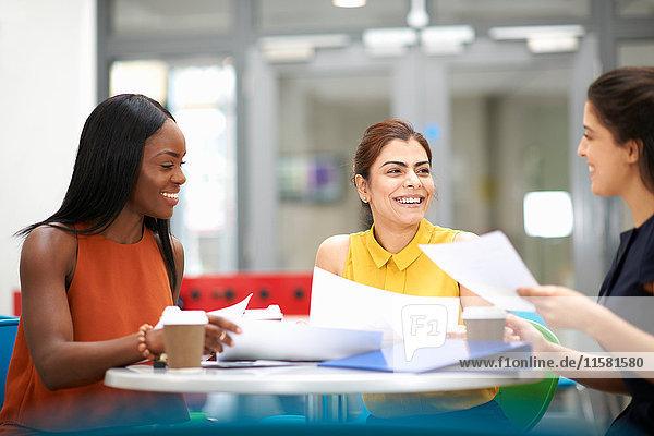 Geschäftsfrauen mit Papierkram im Meeting