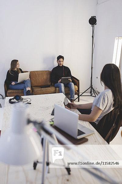 Drei Kollegen diskutieren im Kreativbüro