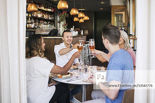 Fröhliche Freunde beim Trinken im Restaurant