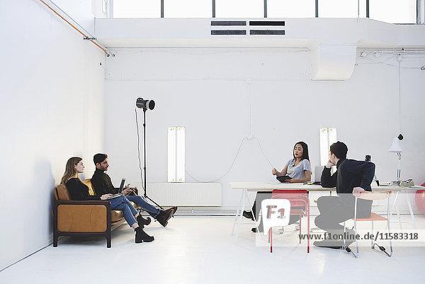 Jungunternehmer diskutieren im Kreativbüro