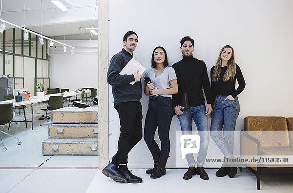 Vollständiges Porträt von selbstbewussten Unternehmern im Kreativbüro