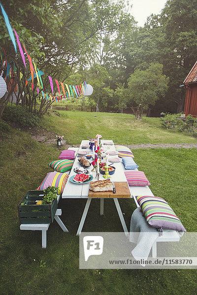 Hochwinkelansicht des dekorierten Picknicktisches im Hinterhof bei der Gartenparty