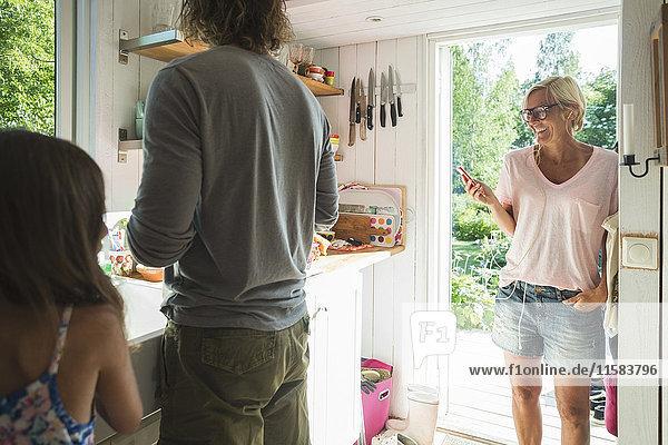 Glückliche Familie steht in der Küche zu Hause