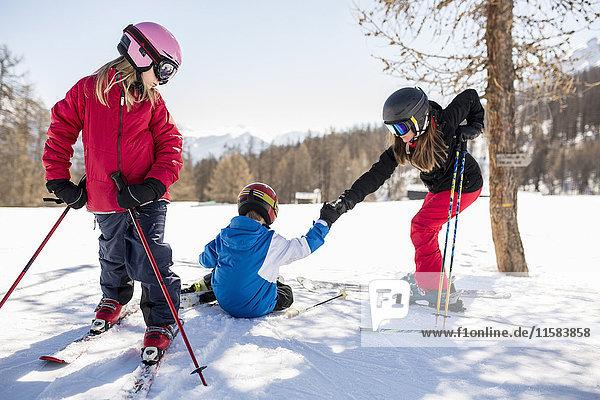 Familienskifahren auf schneebedecktem Feld
