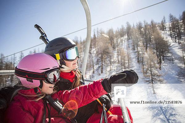 Mutter und Tochter genießen während der Fahrt im Skilift