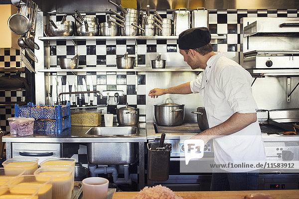 Chefkoch in der Küche des Restaurants