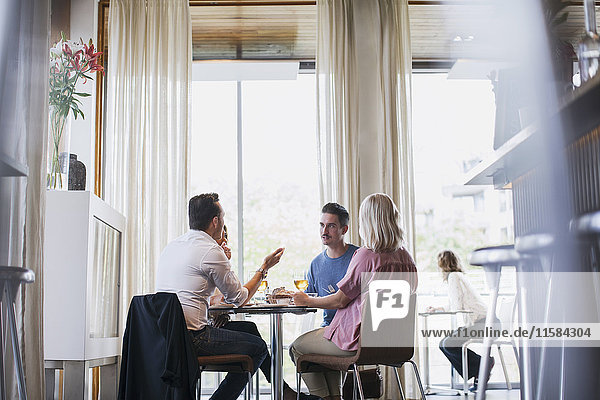 Geschäftskollegen beim Mittagessen während des Meetings im Restaurant