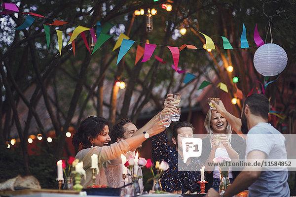 Fröhliche Freunde beim Trinken bei der Gartenparty Fröhliche Freunde beim Trinken bei der Gartenparty