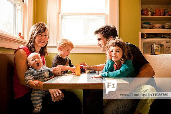 Familie am Küchentisch sitzend