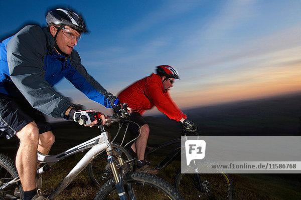 Zwei Mountainbiker fahren zusammen. Zwei Mountainbiker fahren zusammen.
