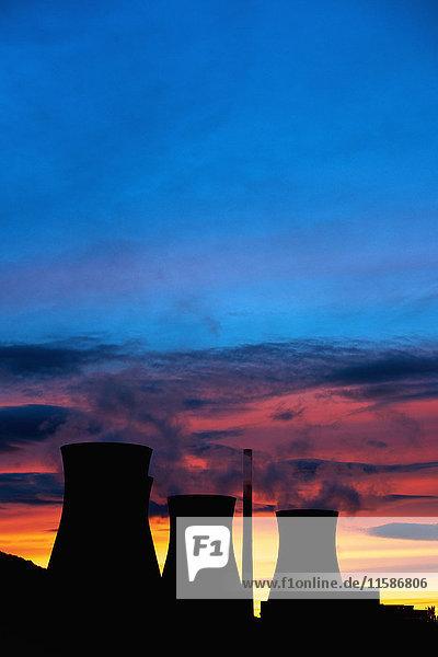 Silhouette der Kühltürme von Kohlekraftwerken Silhouette der Kühltürme von Kohlekraftwerken