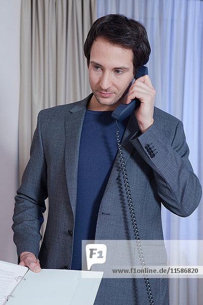Geschäftsmann am Hoteltelefon