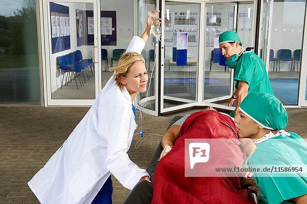 Ärzteteam vor dem Krankenhaus