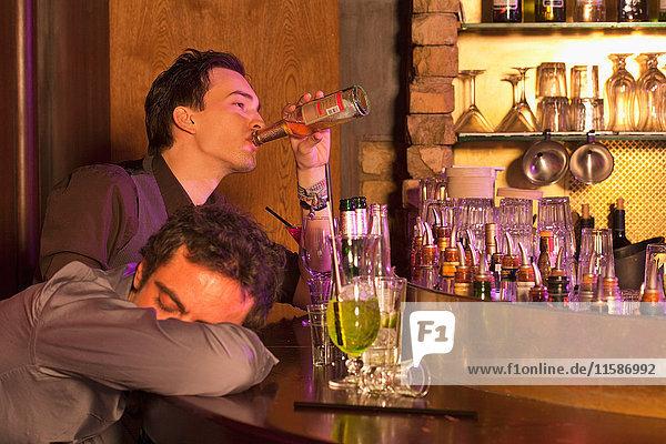 zwei Jungen in einer Bar  die herumhängen