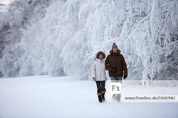 Paar beim Wandern im Schnee. Paar beim Wandern im Schnee.