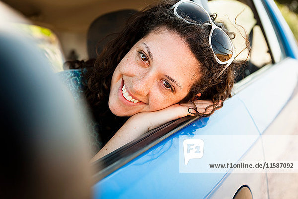 Frau lächelnd im Auto