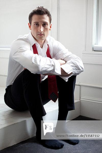 Geschäftsmann mit offenem Kragen und offener Krawatte