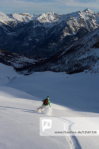 Skifahrer  Skifahren abseits der Piste. Skifahrer, Skifahren abseits der Piste.